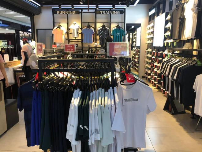 """Các shop quần áo đồng loạt sale sập sàn"""" vẫn vắng người mua-6"""