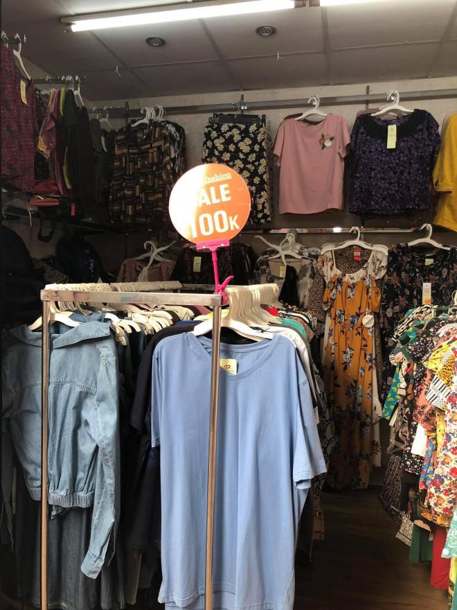 """Các shop quần áo đồng loạt sale sập sàn"""" vẫn vắng người mua-8"""