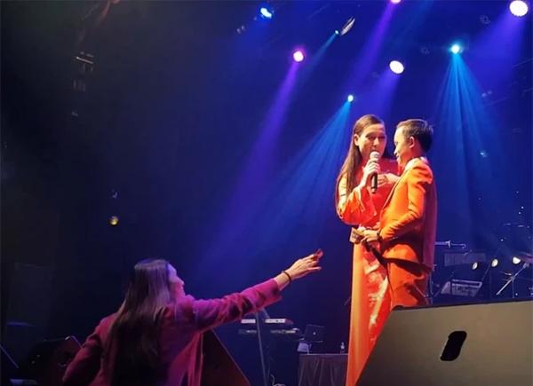 Hồ Văn Cường được mưa tiền thưởng khi lưu diễn: Phi Nhung xúi con cầm, rồi trách khán giả làm hư con-2