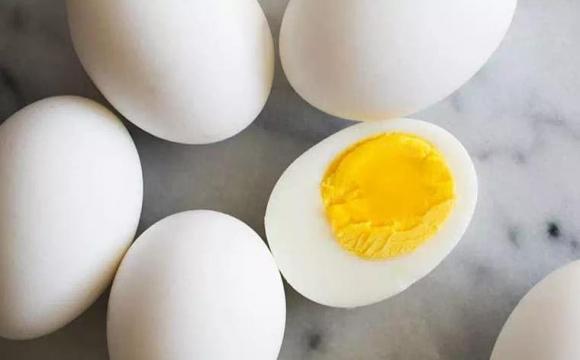 Luộc trứng: trước khi luộc nhớ cho thêm 2 nguyên liệu nữa, sau khi nấu xong sẽ bóc sạch vỏ, trứng mềm và ngon-1