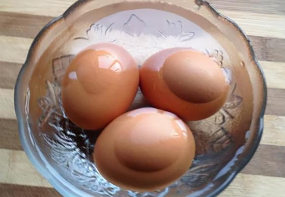 Luộc trứng: trước khi luộc nhớ cho thêm 2 nguyên liệu nữa, sau khi nấu xong sẽ bóc sạch vỏ, trứng mềm và ngon-4