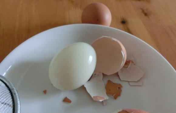 Luộc trứng: trước khi luộc nhớ cho thêm 2 nguyên liệu nữa, sau khi nấu xong sẽ bóc sạch vỏ, trứng mềm và ngon-6