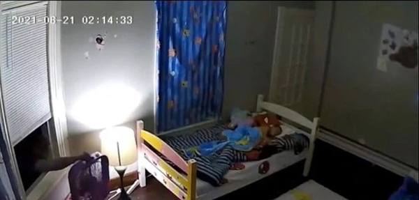 Nửa đêm cảm thấy ai đó đang nhìn mình, người mẹ bật dậy chạy ngay đến phòng con kiểm tra, rùng mình khi xem lại camera-1
