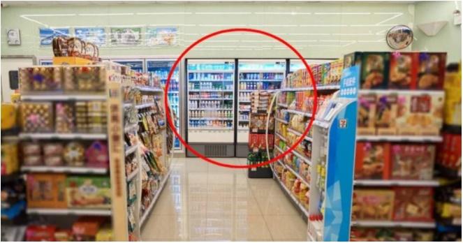Tủ lạnh trong siêu thị tưởng đặt bừa, biết nguyên nhân ai cũng thán phục người quản lý-1