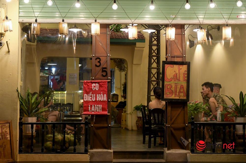 Vừa được nới lỏng, hàng quán phố cổ Hà Nội lại náo nhiệt sau giờ giới nghiêm-6