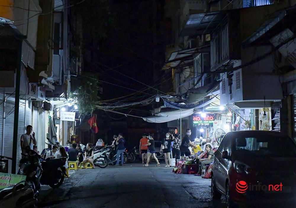 Vừa được nới lỏng, hàng quán phố cổ Hà Nội lại náo nhiệt sau giờ giới nghiêm-9
