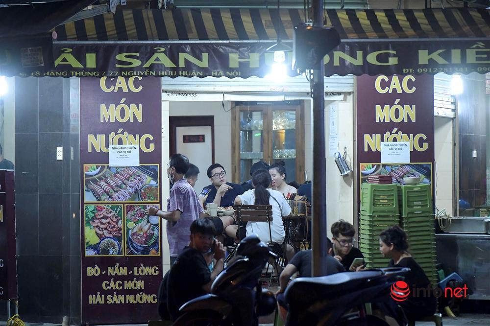 Vừa được nới lỏng, hàng quán phố cổ Hà Nội lại náo nhiệt sau giờ giới nghiêm-11