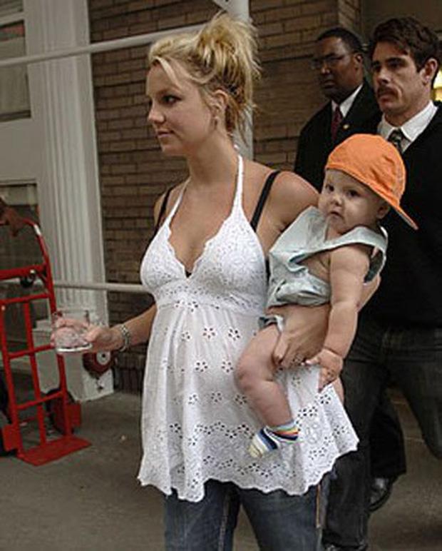 Khoảnh khắc buồn của ngành giải trí Mỹ: Britney Spears bụng mang dạ chửa ôm con khóc trong quán cafe vì bị 321 paparazzi bao vây-1