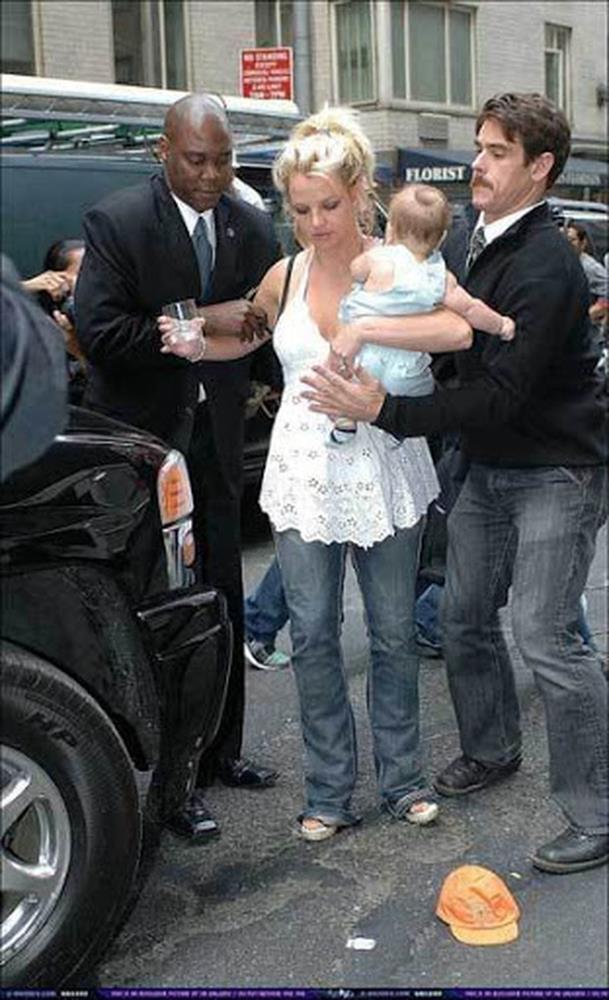 Khoảnh khắc buồn của ngành giải trí Mỹ: Britney Spears bụng mang dạ chửa ôm con khóc trong quán cafe vì bị 321 paparazzi bao vây-2