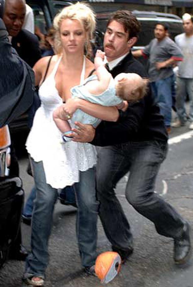 Khoảnh khắc buồn của ngành giải trí Mỹ: Britney Spears bụng mang dạ chửa ôm con khóc trong quán cafe vì bị 321 paparazzi bao vây-3