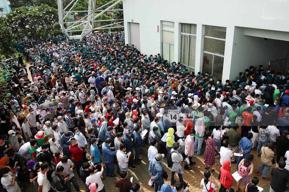Hơn 9.000 người tại TP HCM đến Nhà thi đấu Phú Thọ chờ tiêm vaccine Covid-19-1