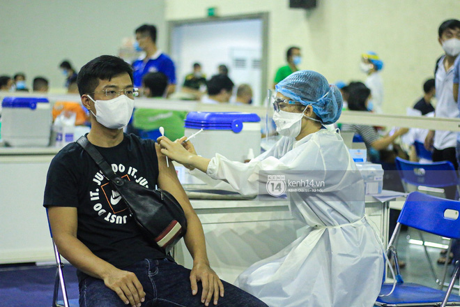 Hơn 9.000 người tại TP HCM đến Nhà thi đấu Phú Thọ chờ tiêm vaccine Covid-19-11