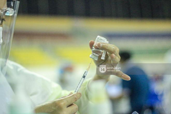 Hơn 9.000 người tại TP HCM đến Nhà thi đấu Phú Thọ chờ tiêm vaccine Covid-19-12