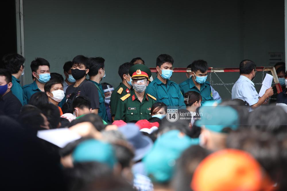 Hơn 9.000 người tại TP HCM đến Nhà thi đấu Phú Thọ chờ tiêm vaccine Covid-19-5