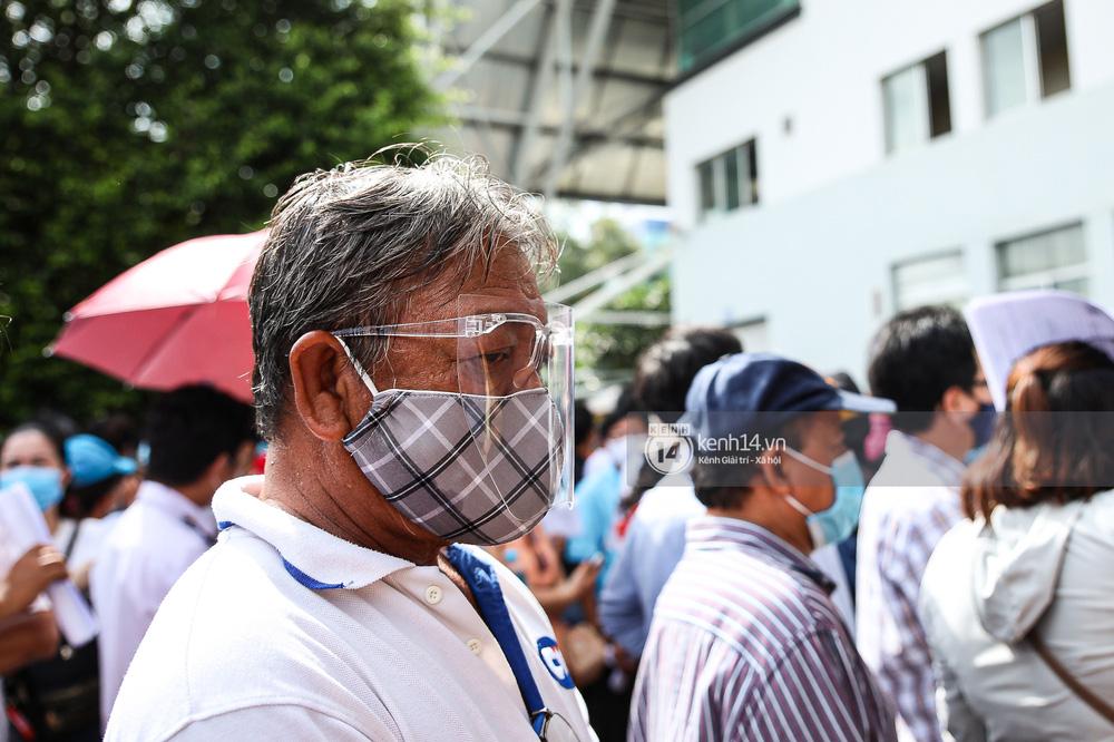 Hơn 9.000 người tại TP HCM đến Nhà thi đấu Phú Thọ chờ tiêm vaccine Covid-19-6