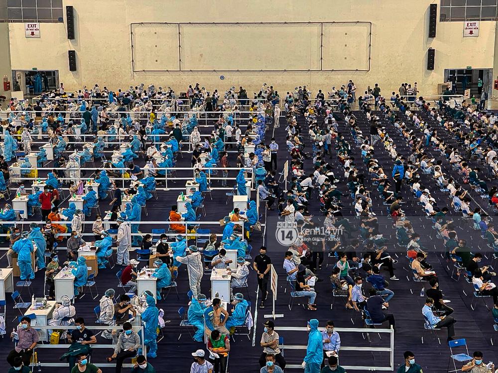 Hơn 9.000 người tại TP HCM đến Nhà thi đấu Phú Thọ chờ tiêm vaccine Covid-19-7