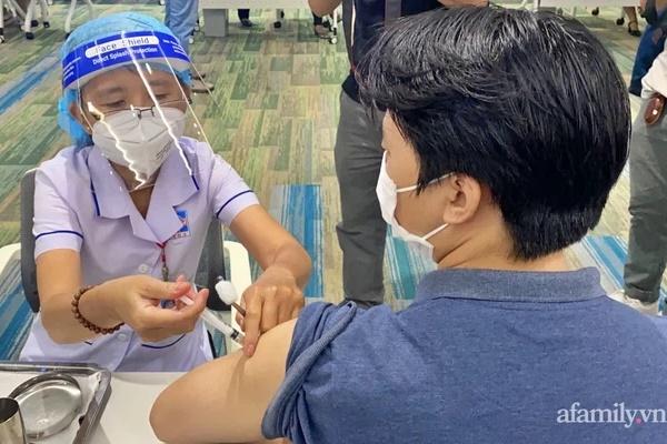 Hơn 1.000 người phản ứng, 2 ca ngưng tim sau khi tiêm vắc xin COVID-19 tại TP.HCM được xử trí kịp thời-1