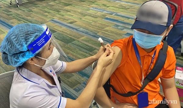 Hơn 1.000 người phản ứng, 2 ca ngưng tim sau khi tiêm vắc xin COVID-19 tại TP.HCM được xử trí kịp thời-2