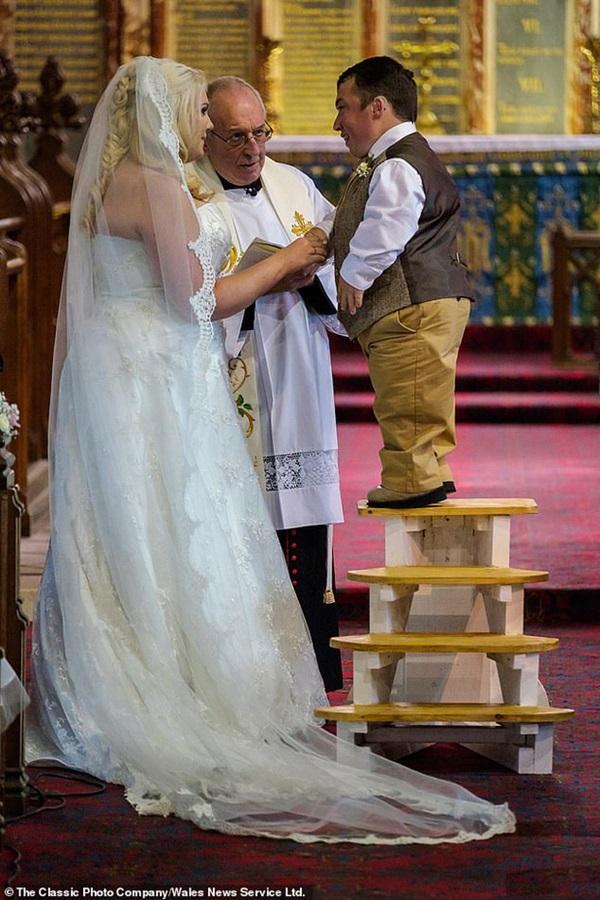 Chàng tí hon từng vấp phải nhiều dị nghị vì bắc thang hỏi vợ, cuộc sống hiện tại và chiều cao của con gái 2 tuổi đặc biệt gây chú ý-3