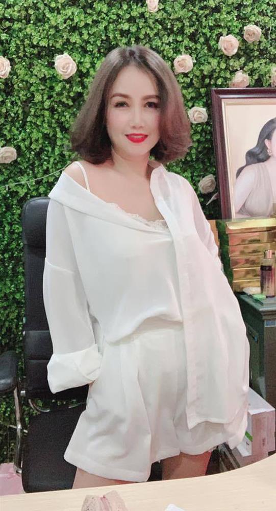 Cô Xuyến Hoàng Yến hẳn rất có gu, diện áo phông quần jean nhưng chiếc túi lấp ló màu bạc hà mới đáng chú ý-2