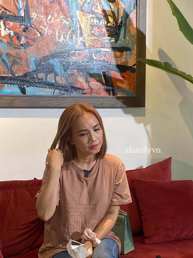 Cô Xuyến Hoàng Yến hẳn rất có gu, diện áo phông quần jean nhưng chiếc túi lấp ló màu bạc hà mới đáng chú ý-6