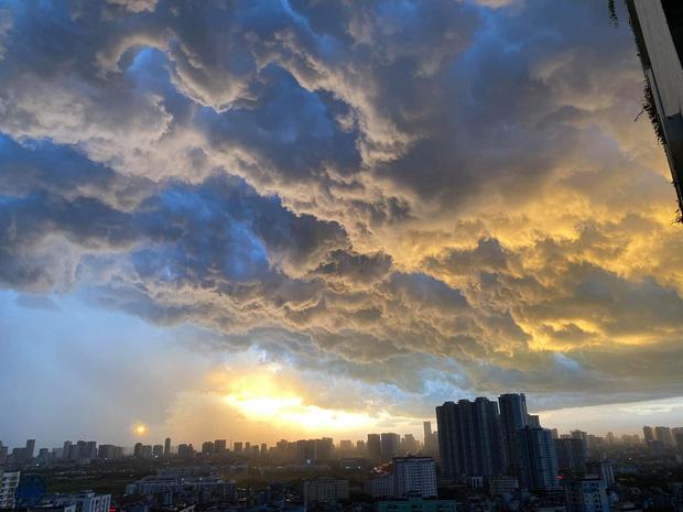 Ảnh: Hà Nội xuất hiện cơn giông lớn, mây cuồn cuộn giăng kín bầu trời-2
