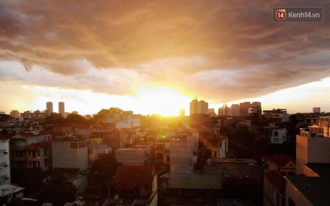 Ảnh: Hà Nội xuất hiện cơn giông lớn, mây cuồn cuộn giăng kín bầu trời-3