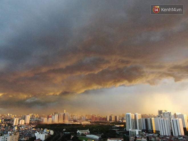 Ảnh: Hà Nội xuất hiện cơn giông lớn, mây cuồn cuộn giăng kín bầu trời-5
