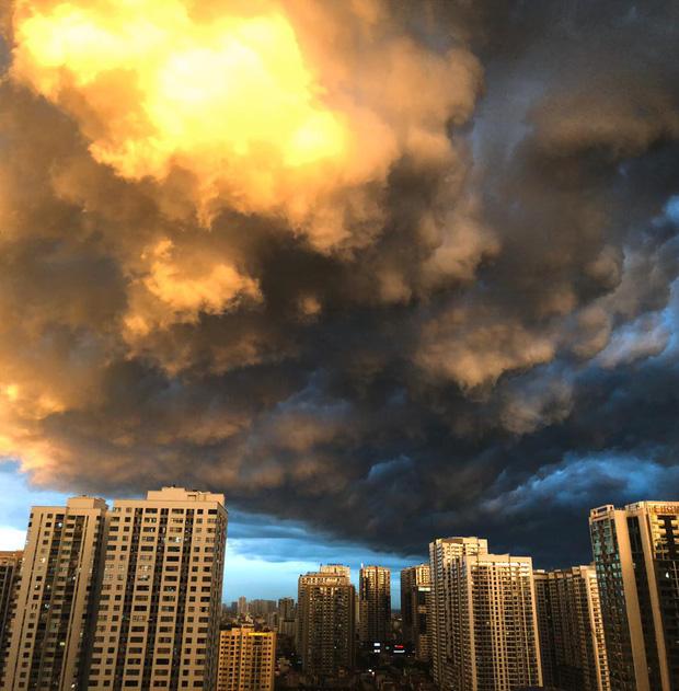 Ảnh: Hà Nội xuất hiện cơn giông lớn, mây cuồn cuộn giăng kín bầu trời-6