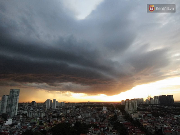 Ảnh: Hà Nội xuất hiện cơn giông lớn, mây cuồn cuộn giăng kín bầu trời-7