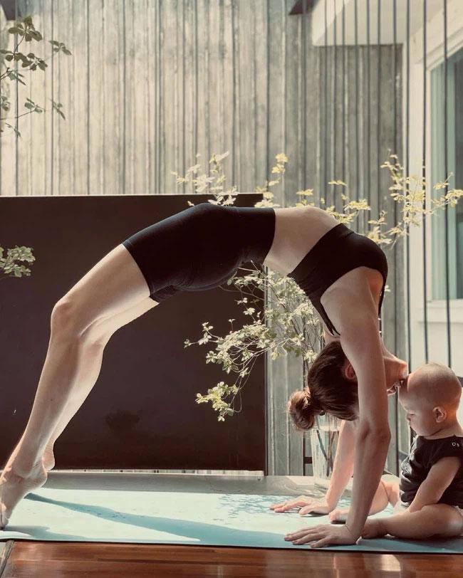 Leon phá không để yên cho mẹ Hồ Ngọc Hà tập yoga, nhìn biểu cảm đáng yêu vô cùng-1