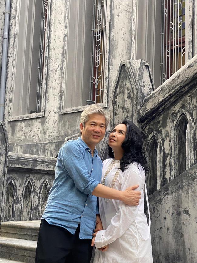 Diva Thanh Lam khoe ảnh tình tứ bên chồng bác sĩ sau lễ dạm ngõ, nhìn nụ cười là biết hạnh phúc thế nào-1