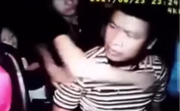 Thanh niên đánh tài xế taxi đổ máu ở Bình Phước đã đưa vợ, con rời khỏi nơi tạm trú-1