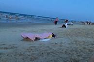 Đang ra biển hóng gió, cô nàng thản nhiên nằm xuống... ngủ một giấc ngon lành khiến ai cũng ngoái nhìn