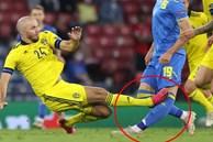 Rùng rợn: Cẳng chân của cầu thủ Ukraine bị đối thủ Thuỵ Điển đạp thành hình gấp khúc