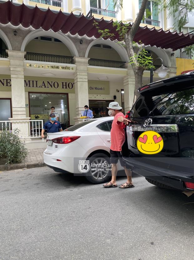 Ông chú Tấn Trường được vợ đánh xe máy đến đón ra khỏi khu cách ly, Tiến Linh ôm mẹ-16