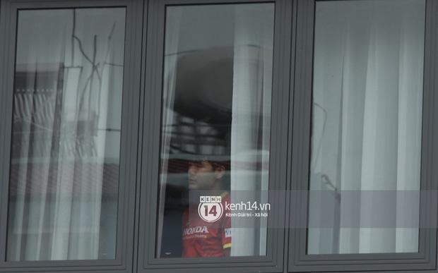 Ông chú Tấn Trường được vợ đánh xe máy đến đón ra khỏi khu cách ly, Tiến Linh ôm mẹ-17