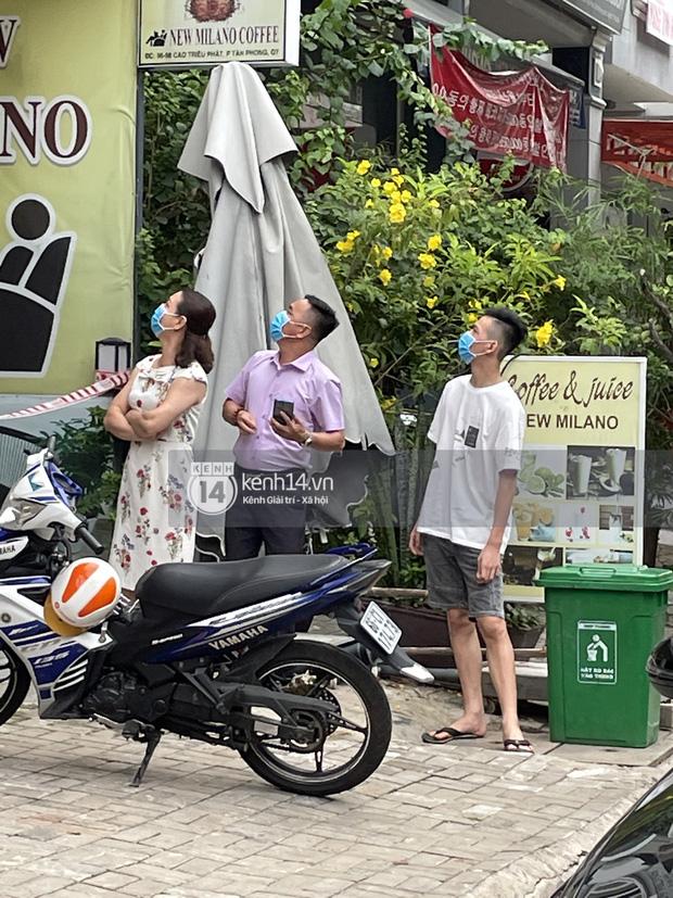 Ông chú Tấn Trường được vợ đánh xe máy đến đón ra khỏi khu cách ly, Tiến Linh ôm mẹ-9