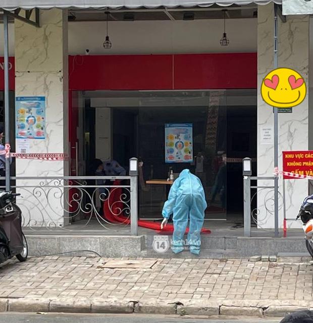 Ông chú Tấn Trường được vợ đánh xe máy đến đón ra khỏi khu cách ly, Tiến Linh ôm mẹ-10