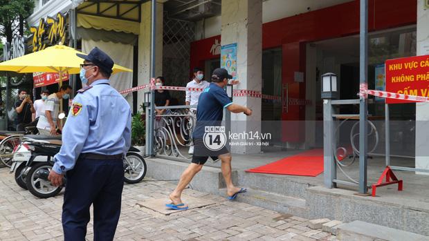 Ông chú Tấn Trường được vợ đánh xe máy đến đón ra khỏi khu cách ly, Tiến Linh ôm mẹ-1
