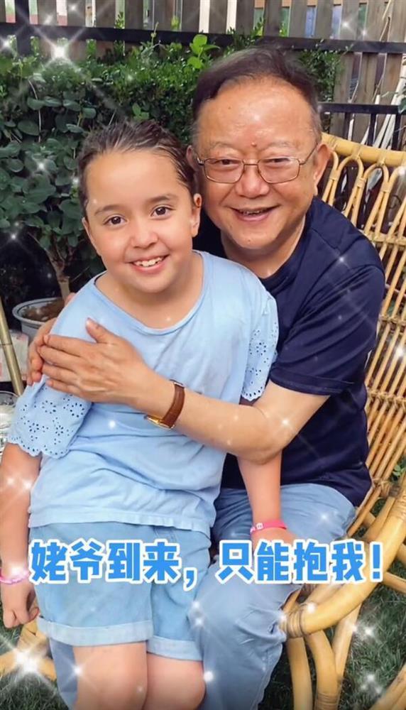 Cuộc sống ngỡ ngàng của Hoà Thân Vương Cương tuổi 73: Gia sản ngàn tỷ, vợ kém 20 tuổi tiêu 3,5 tỷ đồng/tháng-1