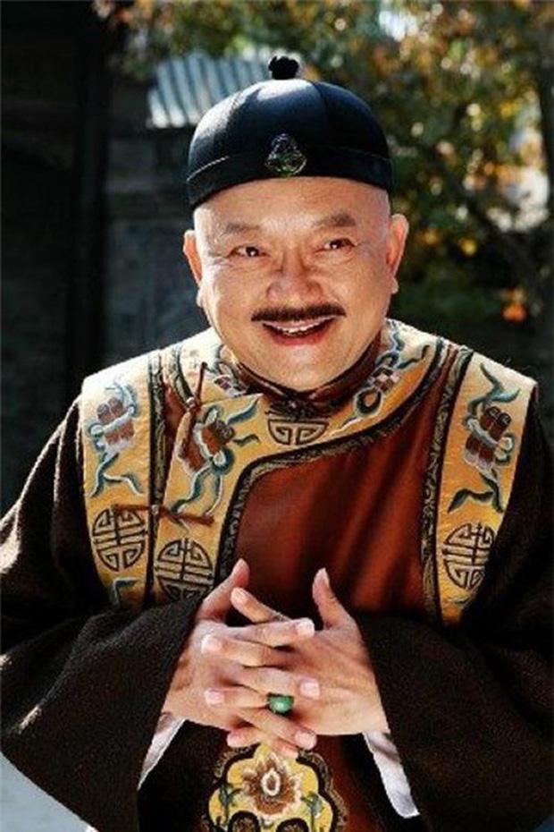 Cuộc sống ngỡ ngàng của Hoà Thân Vương Cương tuổi 73: Gia sản ngàn tỷ, vợ kém 20 tuổi tiêu 3,5 tỷ đồng/tháng-13