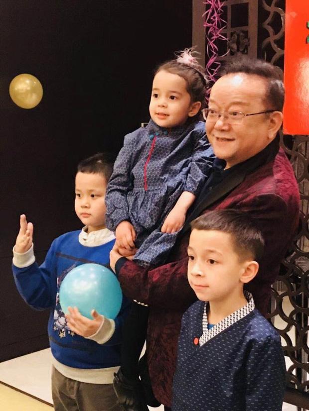 Cuộc sống ngỡ ngàng của Hoà Thân Vương Cương tuổi 73: Gia sản ngàn tỷ, vợ kém 20 tuổi tiêu 3,5 tỷ đồng/tháng-14