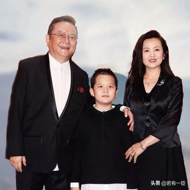 Cuộc sống ngỡ ngàng của Hoà Thân Vương Cương tuổi 73: Gia sản ngàn tỷ, vợ kém 20 tuổi tiêu 3,5 tỷ đồng/tháng-15