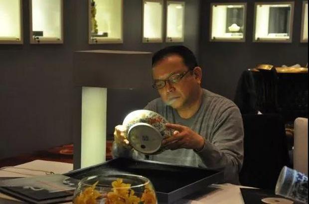 Cuộc sống ngỡ ngàng của Hoà Thân Vương Cương tuổi 73: Gia sản ngàn tỷ, vợ kém 20 tuổi tiêu 3,5 tỷ đồng/tháng-16