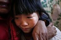 Bé gái tố bị bạn trai của mẹ cưỡng hiếp nhiều lần đến nỗi ám ảnh tâm lý, không ngờ lật tẩy luôn tội ác của hắn với chị gái mình
