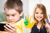 Đứa trẻ chơi điện thoại hàng ngày và những đứa trẻ không chơi, sự khác biệt rõ rệt khi lớn lên mà cha mẹ cần phải nắm rõ