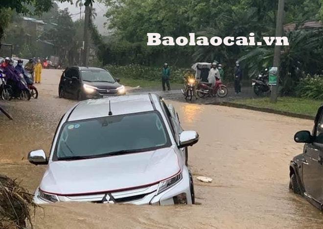 Các tỉnh phía Bắc bắt đầu mưa to, ô tô, xe máy chìm nghỉm trong nước-1