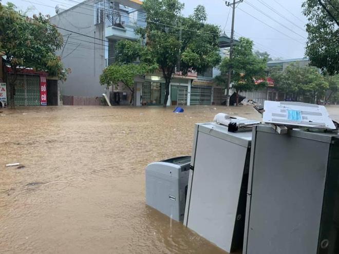 Các tỉnh phía Bắc bắt đầu mưa to, ô tô, xe máy chìm nghỉm trong nước-4