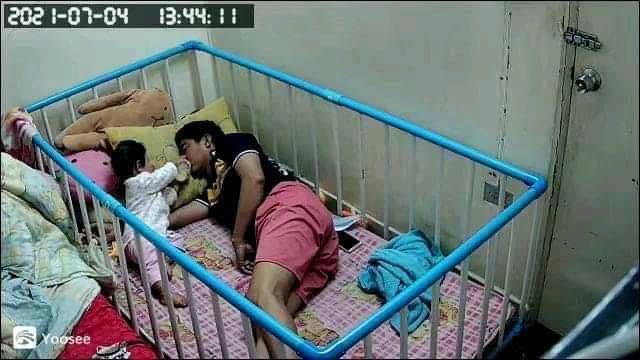 Giao con cho chồng trông để đi làm, người mẹ check camera thì phát hoảng với cảnh tượng ở nhà-2